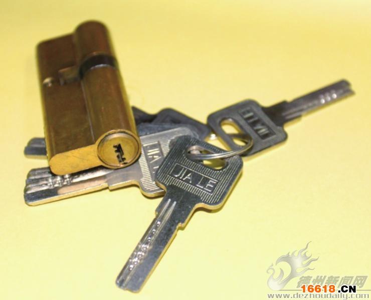 """昨日,记者来到解放北大道一家在公安局备案的开锁公司,请资深开锁的张师傅分别对市场上的老式一字锁、十字花锁、电脑槽锁和叶片边柱锁这四代防盗锁进行开锁实验,看看在没有钥匙的情况下,以""""技术""""手段多长时间能打开。选用什么样的锁比较安全?平时应该注意对防盗锁进行哪些保养? 张师傅亲自操作,看起来开一把锁非常容易,当记者亲身体验一番时,可费了九牛二虎之力,也没打开一把普通的第一代锁。 实验器材 第一代至第四代锁各一把、秒表、若干开锁工具 实验步骤  第一代老式一字锁 1."""