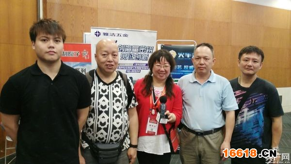 四位香港锁匠师傅饶有兴趣地参观展览,觉得收获很大。